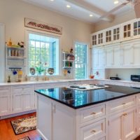 virtuves dizains ar lielu logu