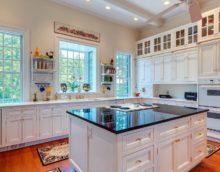 conception de cuisine avec une grande fenêtre
