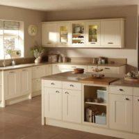 virtuves dizains ar smilškrāsas loga interjeru