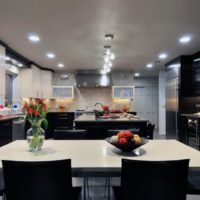 virtuves dizains ar loga melnbaltu interjeru