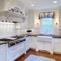 virtuves dizains ar logu sniegbaltā toņos