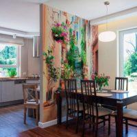 virtuves dizains ar logu un foto tapetēm