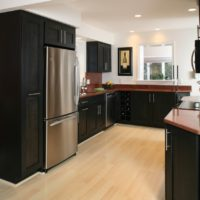 virtuves dizains ar melnu mēbeļu logu