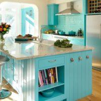 virtuves dizains ar logu tirkīza interjeru