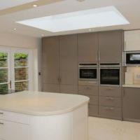 virtuves dizains ar logu smilškrāsas toņos