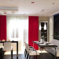 virtuves dizains ar logu un sarkaniem aizkariem