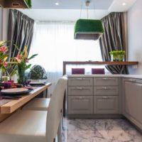 virtuves dizains ar logu un gaismas tilla