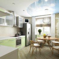 virtuves dizains ar logu un viltus griestiem