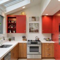 virtuves dizains ar logu uz griestiem