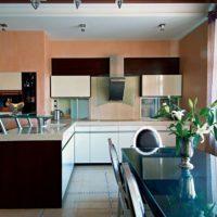 virtuves dizains ar logu interjerā