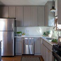 virtuves dizains ar pelēku svīta logu