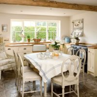 virtuves dizains ar lauku logu
