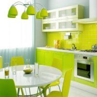 virtuves dizains ar logu kaļķu interjeru