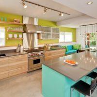 virtuves dizains ar logu plašu interjeru