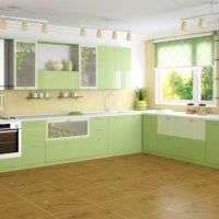 virtuves dizains ar logu un rullo žalūzijām