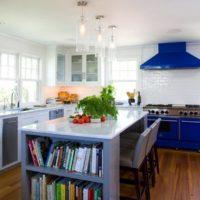 virtuves dizains ar logu un zilu komplektu