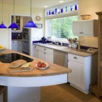 virtuves dizains ar logu un zilu dekoru
