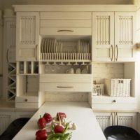 virtuves dizains ar logu un saliekamo galdu