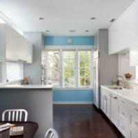 virtuves dizains ar logu dekorēšanas iespējām