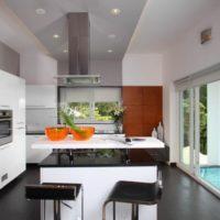 virtuves dizains ar logu mājīgu interjeru