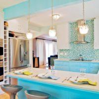 virtuves dizains ar logu zilā krāsā