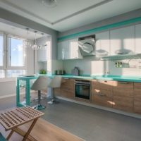 virtuves dizains ar logu zilos toņos