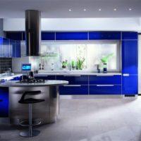 virtuves dizains ar logu modernā stilā