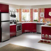 plašs virtuves dizains ar logu