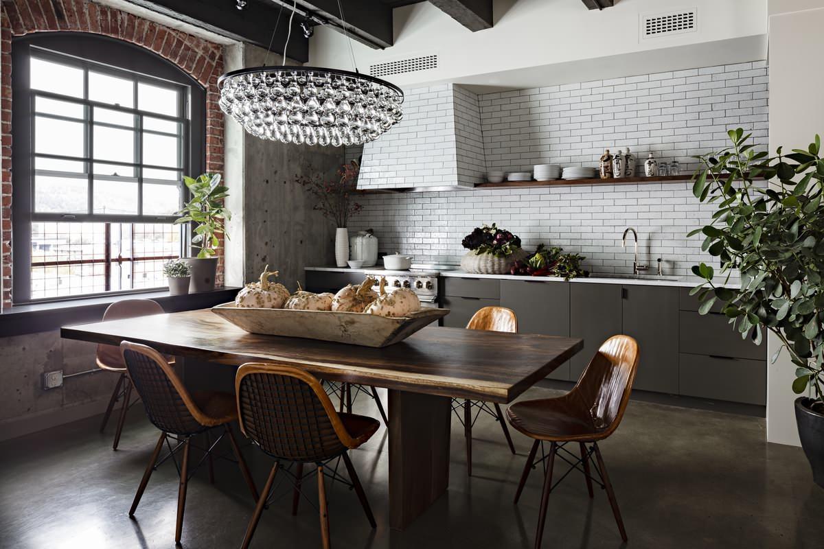 virtuve ar bēniņu stila logu