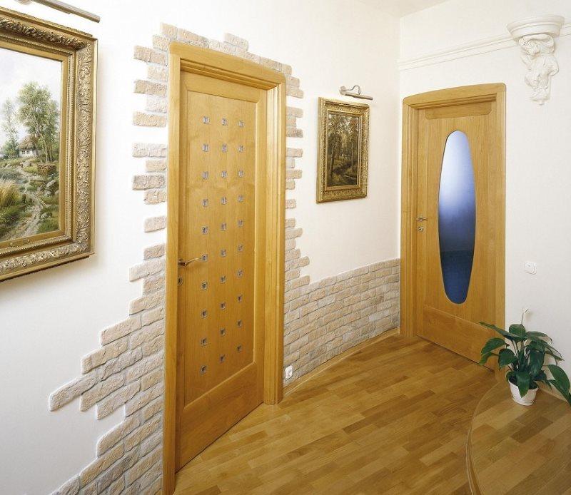 La pierre coupe la porte d'entrée et le bas du mur dans le couloir