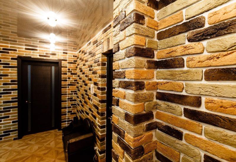 Décorer les murs du couloir avec de la pierre décorative