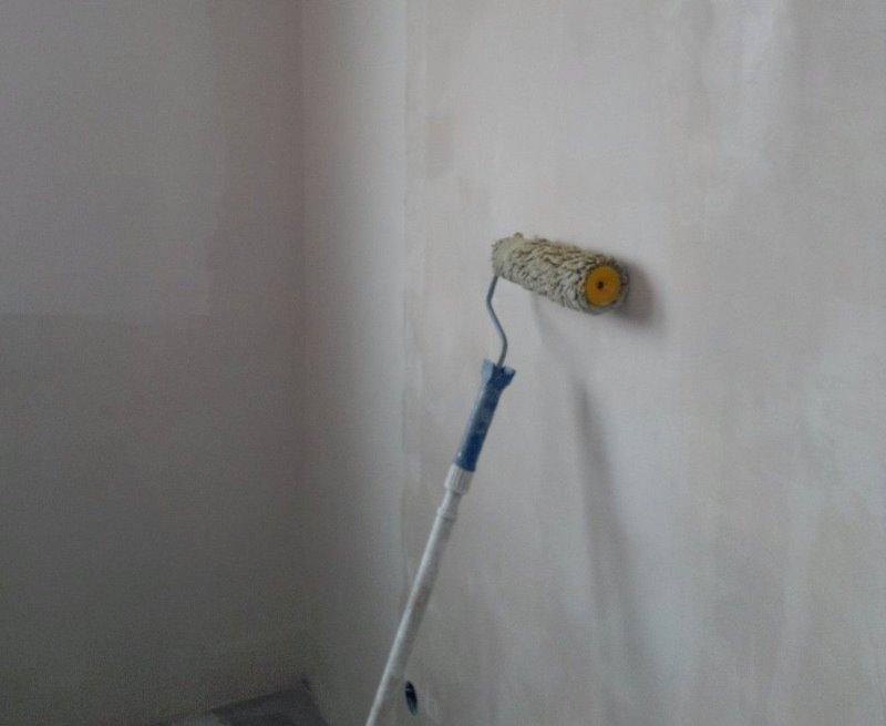 Apprêt sur le mur avant de finir avec de la pierre décorative