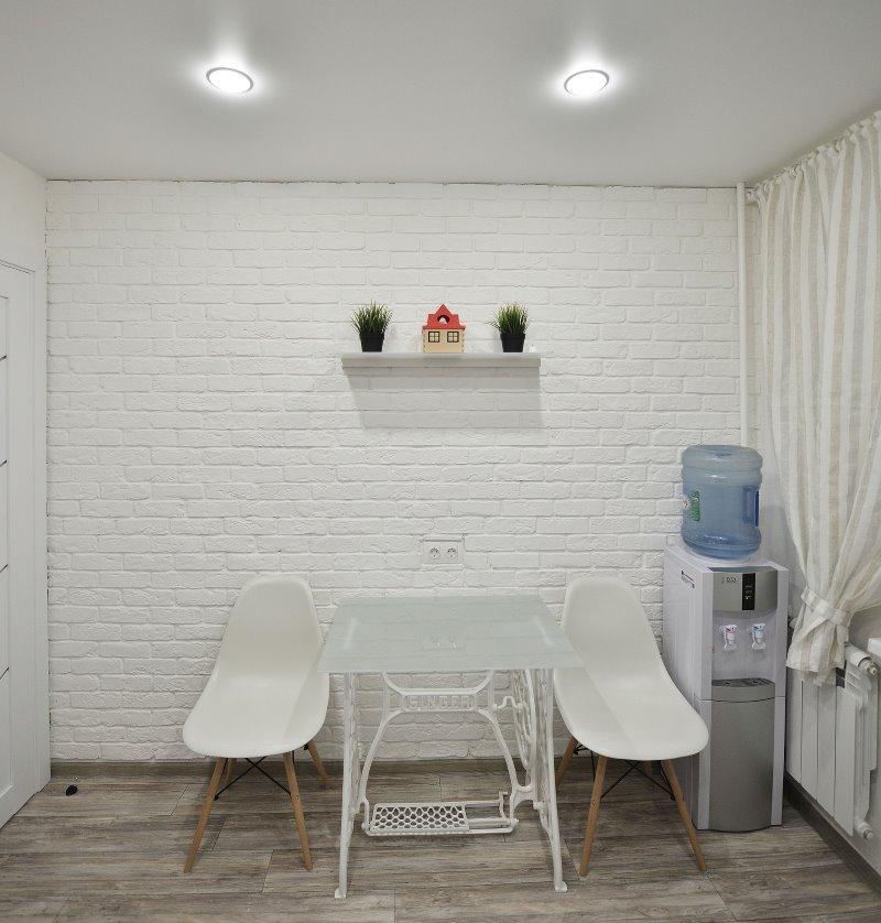 Garniture murale de couloir en briques blanches