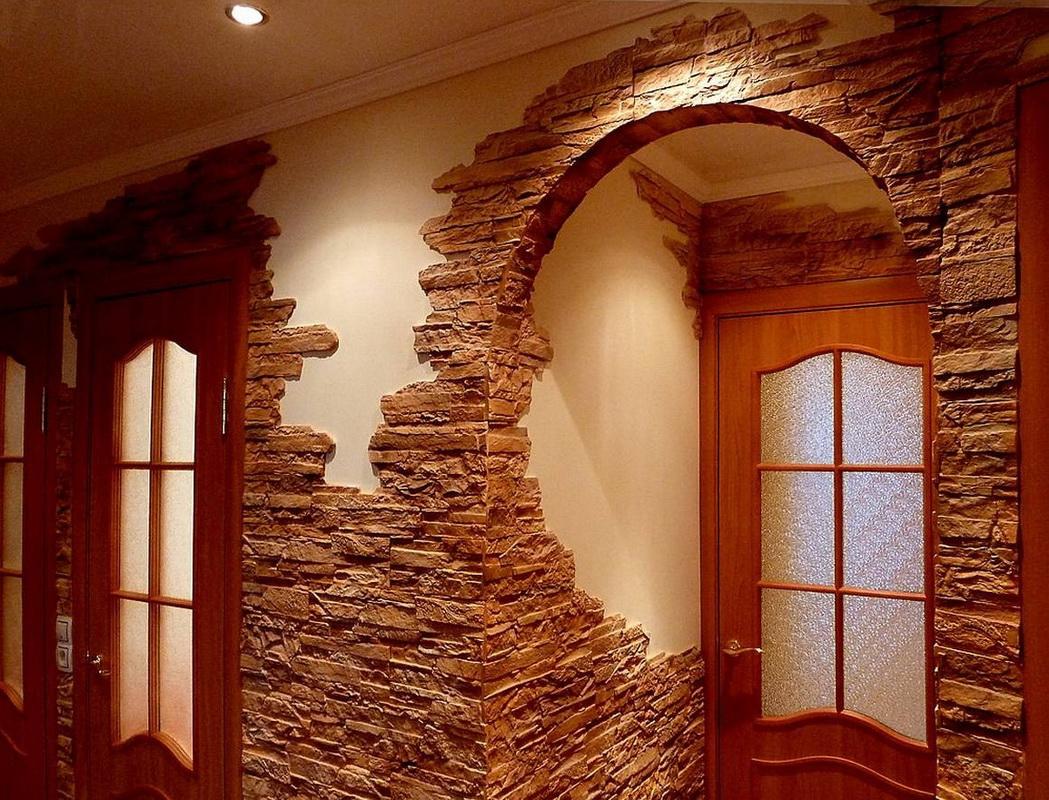 Décoration de la voûte dans le couloir avec de la pierre artificielle
