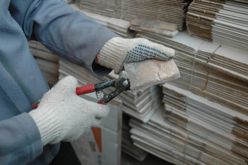 Traitement d'une tranche de pierre décorative avant de la fixer au mur du couloir
