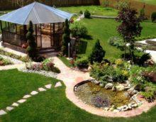 Meubles de jardin et étang fait maison dans le jardin