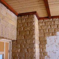 La combinaison de la pierre, du papier peint et du bois dans la décoration du couloir