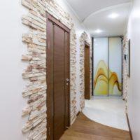 Tuiles de pierre sur le mur dans le couloir