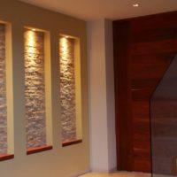 Niches décoratives dans le couloir, garnies de pierre