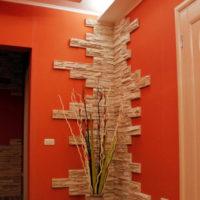 Décoration du coin dans le couloir avec pierre décorative