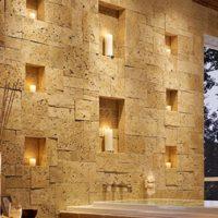 Niches illuminées dans le mur de pierre du couloir