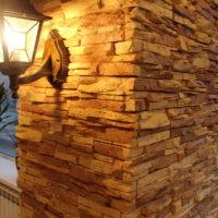 La lampe sur le mur dans le couloir, garnie de pierre