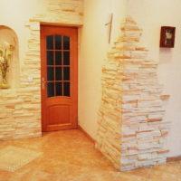 Un exemple de décoration des murs du couloir avec une pierre décorative