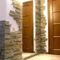 Tuiles de pierre dans le bord de la porte dans le couloir