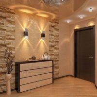 Décorer un mur dans un couloir avec des carreaux de pierre