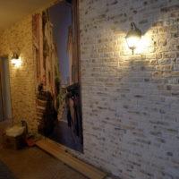 Imitation de maçonnerie sur le mur dans le couloir