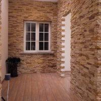 Couloir d'une maison privée avec décoration murale en pierre