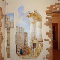 Motifs antiques dans la décoration des murs du couloir