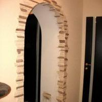 Décorer l'ouverture dans le mur avec une pierre
