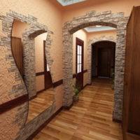 La combinaison de pierre et de plâtre texturé sur le mur du couloir